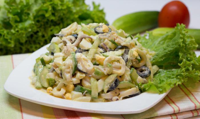 Салат - кальмары, огурцы, маслины, яйца