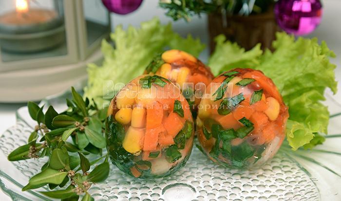 Заливные яйца с креветками, кальмарами, кукурузой