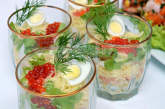 Салат в стакане с креветками, кальмарами, икрой