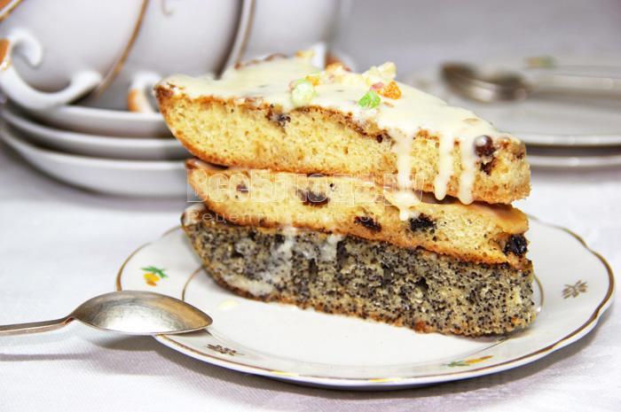 Торт с разными коржами, три слоя с разным наполнением: орехи, изюм, мак