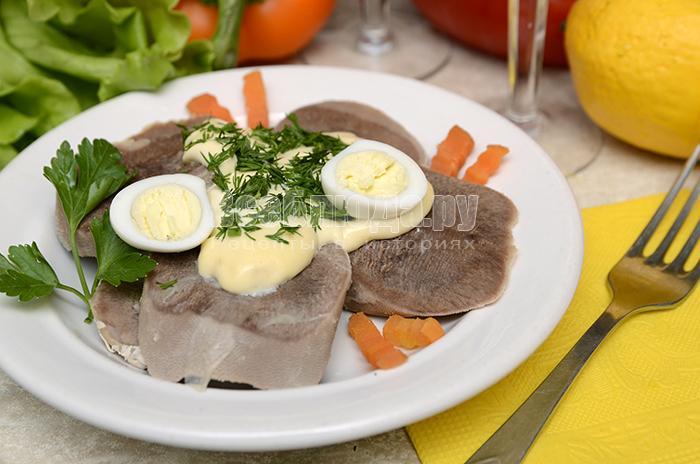 Как приготовить говяжий язык под майонезно-горчичным соусом с лимоном и чесноком