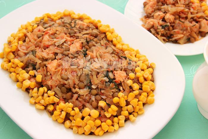 Куриное филе, тушеное с капустой и чечевицей