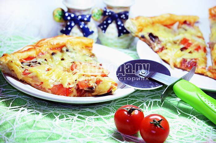 Пицца с грибами (шампиньонами) и колбасой