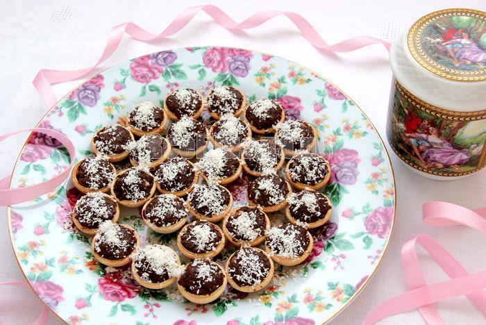 Фадж с орехами и кокосовой стружкой в тарталетках