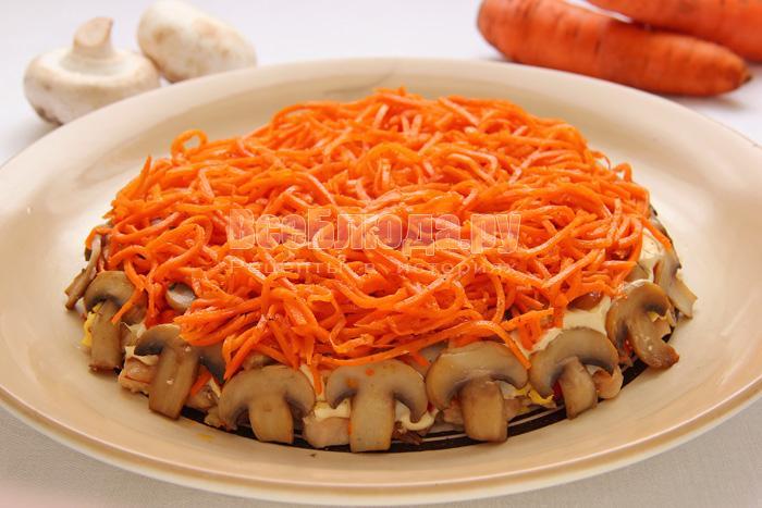 Салат (грибы, куриное филе, корейская морковка, яйца)