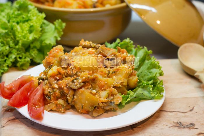 Картошка с грибами в горшочке, тушеная в духовке со сметаной