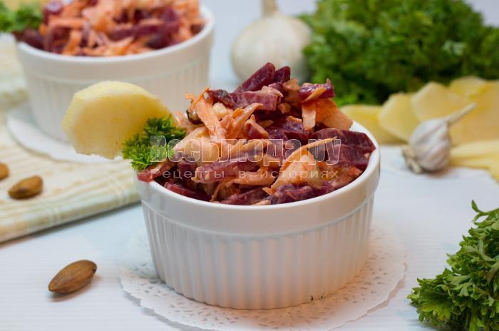 Салат из свеклы и моркови (с орешками и яблоком)