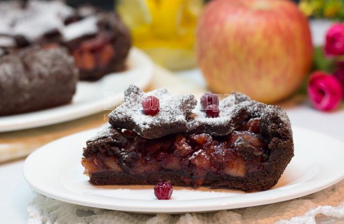 Яблочный пирог из песочного теста с корицей и брусникой