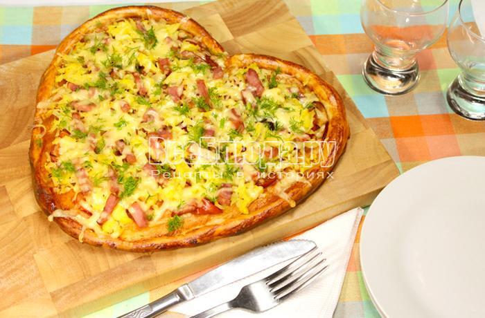 Пицца Валентинка в форме сердца с ветчиной и картошкой