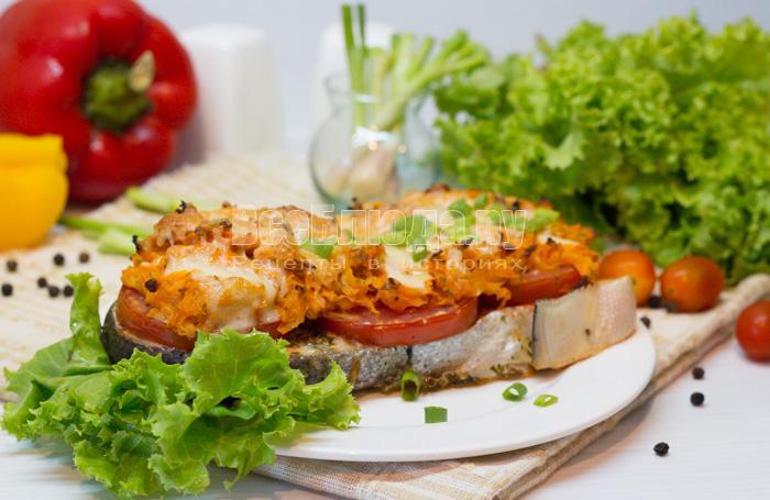Семга с морковкой и помидорами в духовке (диетический рецепт)