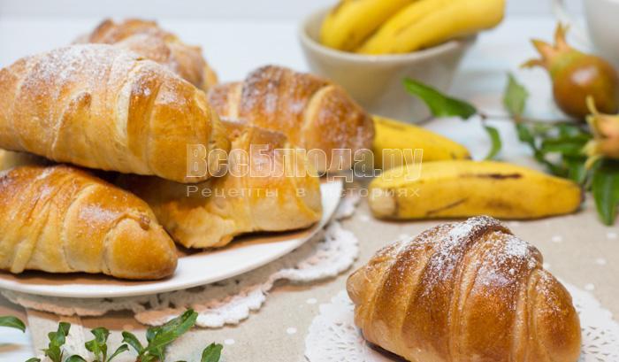 Булочки из дрожжевого слоеного теста с шоколадом и бананами