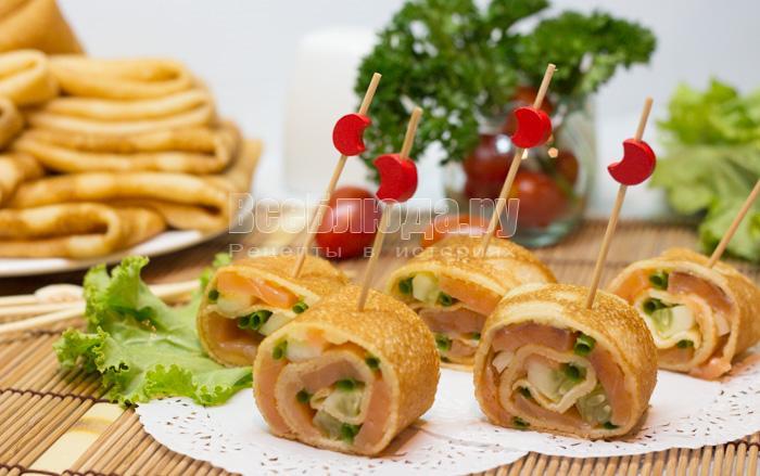 Рулетики из блинчиков с семгой, огурцами, сыром