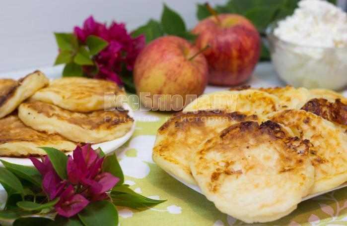 Жареные сырники с яблоками