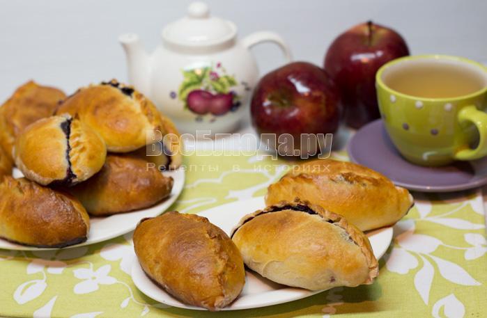 Пирожки с ягодами в духовке (черника, брусника)