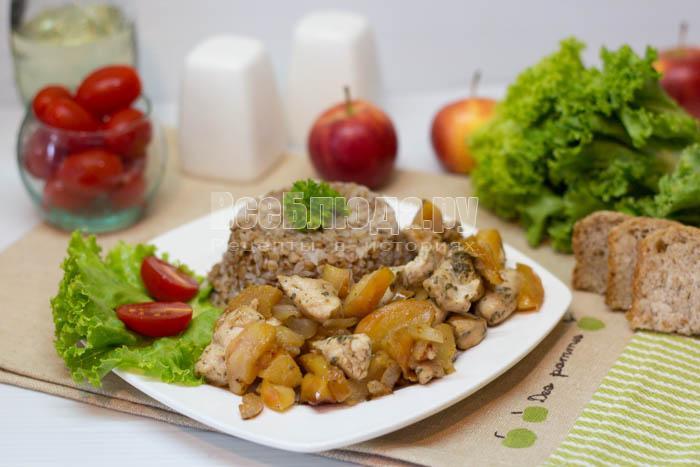 Куриное филе с яблоками и луком на сковороде