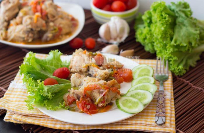 Куриные крылья в мультиварке с овощами под сметаной