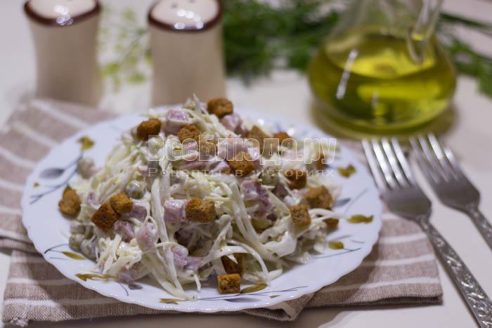 Салат с капустой, копченой колбасой и горошком