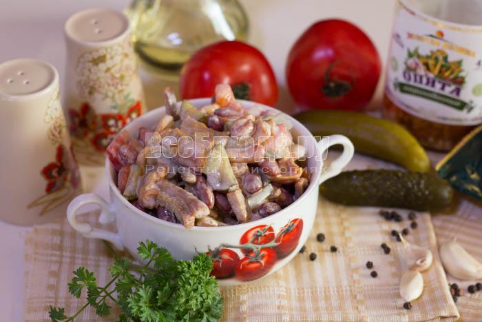 Салат с красной фасолью, грибами и сухариками