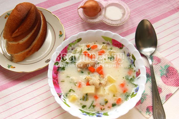 Белый рисовый суп с курицей и плавленным сыром