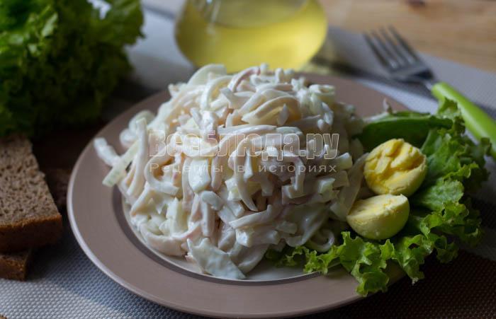 Кальмар с яйцом и луком