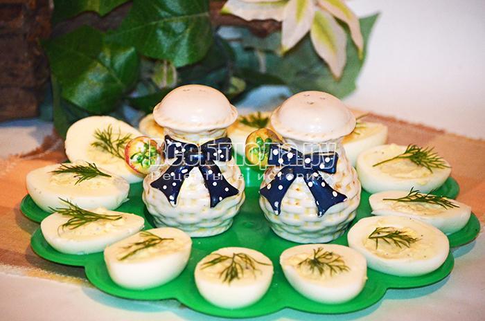 Фаршированные яйца с чесноком, перцем и зеленью