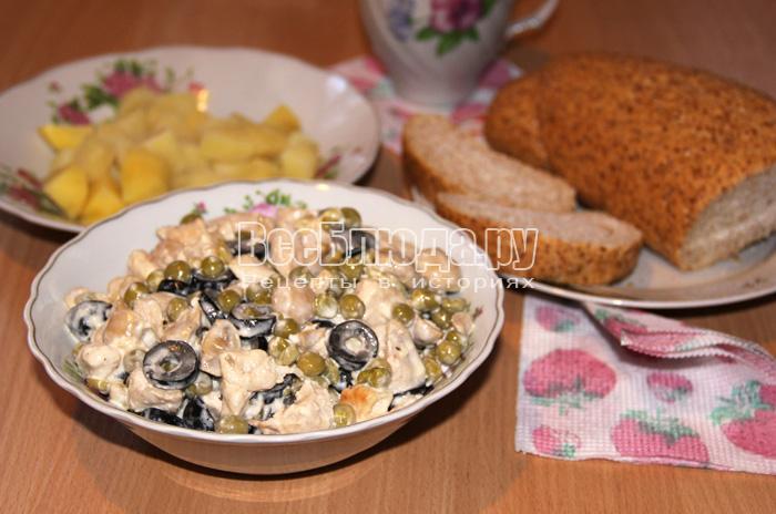 Слегка пикантный салат быстрого приготовления из куриной грудки