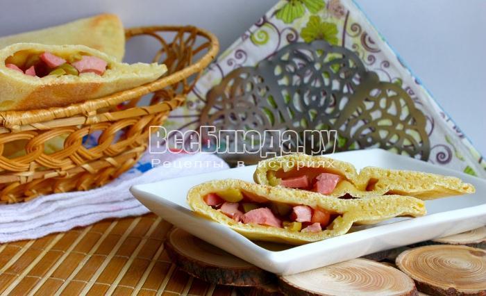 Кукурузные лепешки с колбасой и оливками