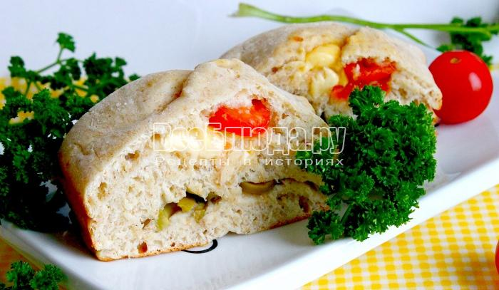 Хлеб из ржаной муки с оливками, сыром и помидорами черри