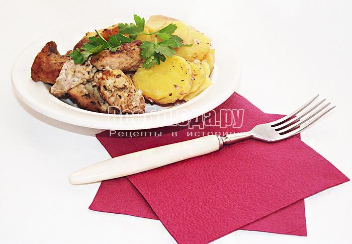Запеченное в пакете мясо свинины с картофелем и приправами