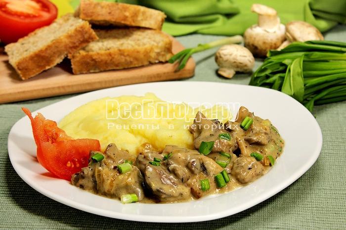 Куриная печенка с грибами в сметанном соусе