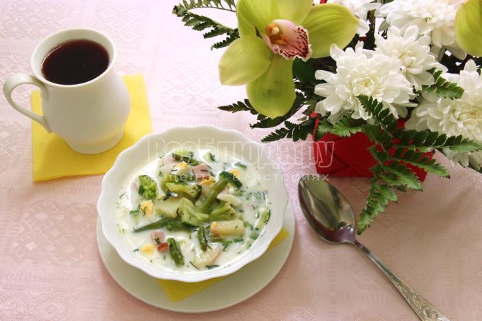 Окрошка на овощном бульоне и кефире с ветчиной и вареными овощами