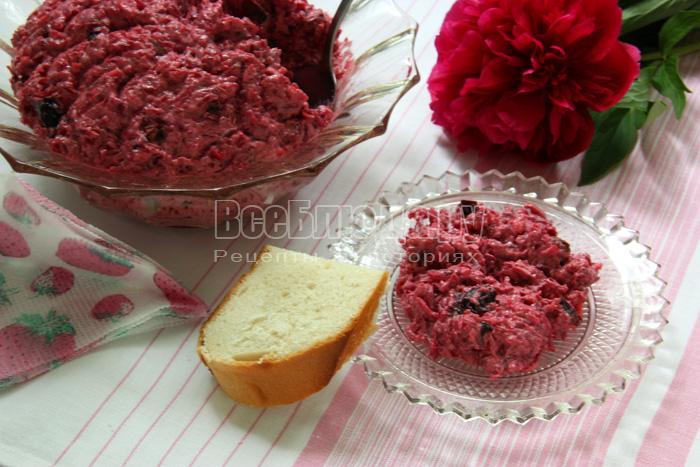 Рецепт салата из свеклы с черносливом, сыром, орехами