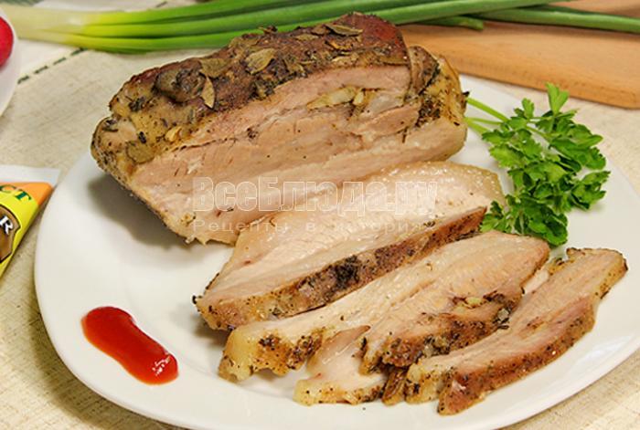 Свиной подчеревок, запеченный в духовке с чесноком и пряными травами