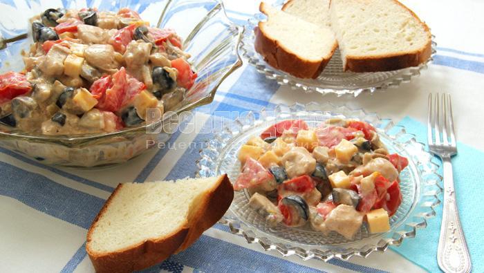 Рецепт сытного салата из куриного филе с шампиньонами, сыром и маслинами
