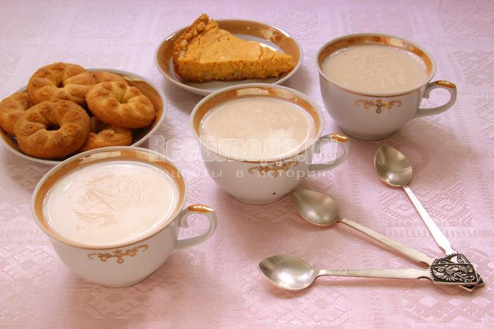 Пряное молоко с сухофруктами