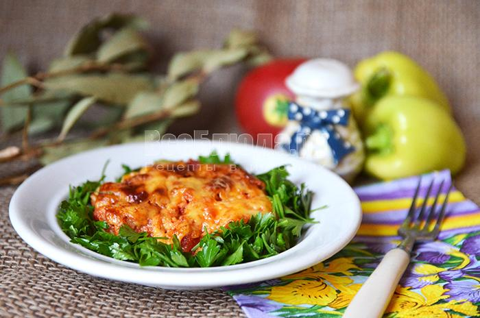 Мясо запеченное с тертым помидором и сыром
