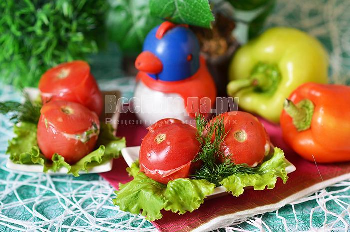 Начиненные помидоры сыром и зеленью