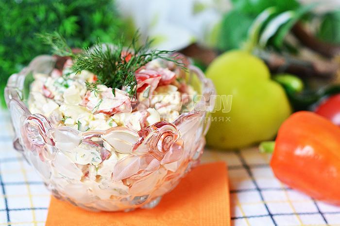 Салат со свининой, помидорами, болгарским перцем, зеленью и перепелиными яйцами