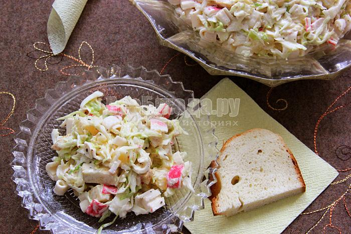 Салат (сельдерей, ананасы, капуста, крабовые палочки, майонез, аджика)