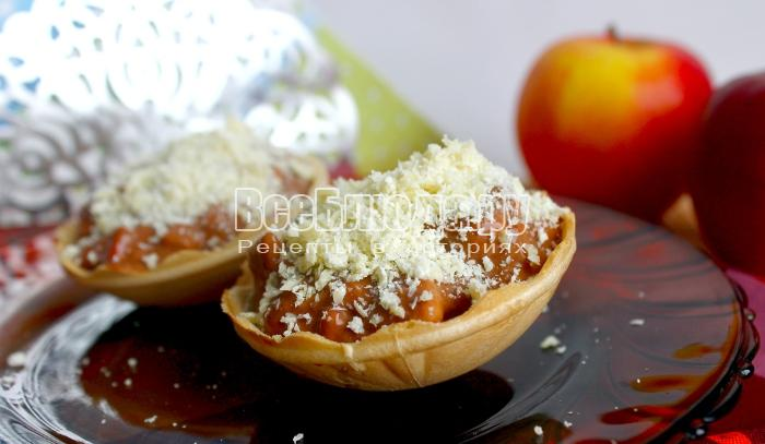 Тарталетки с яблоками со сметанным кремом и белым шоколадом