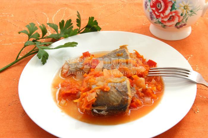 Рецепт приготовления тушеного хека с овощами в томатном соусе