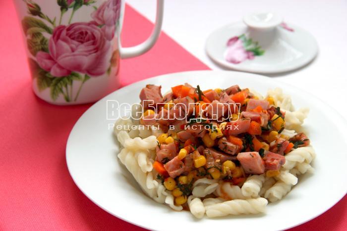 Макароны с ветчиной и овощами в подливке