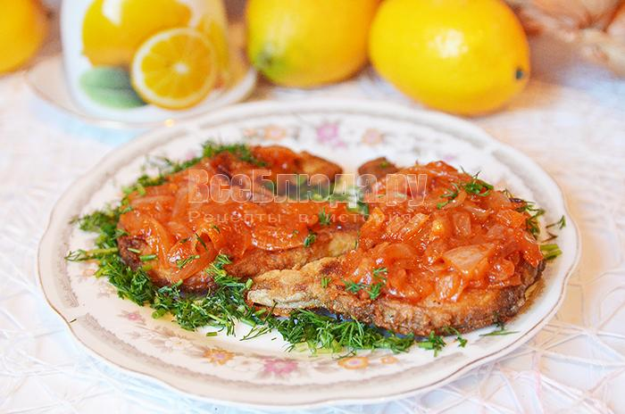 Рецепт жареного сома с подливкой из лука и томатной пасты