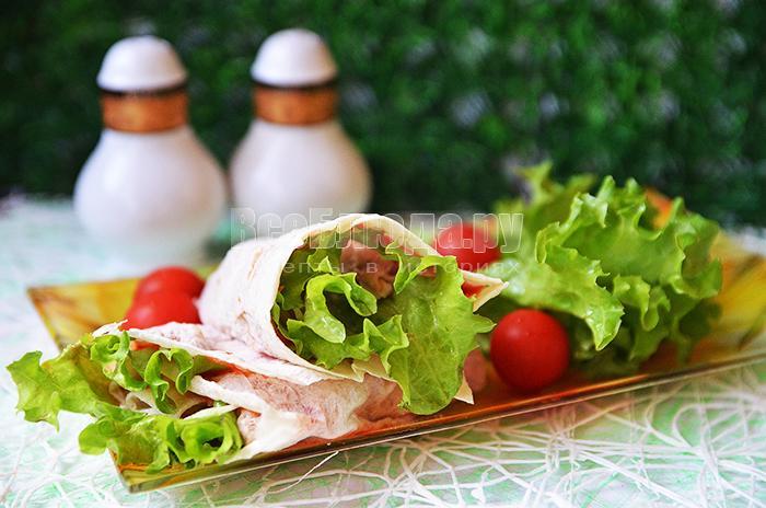 Лаваш с ананасом, мясом и листьями салата, рецепт закуски