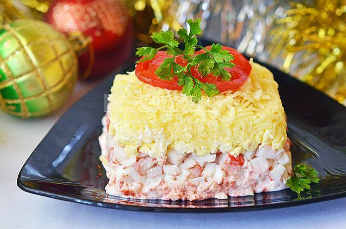 Салат новогодний с крабовыми палочками, яйцами, сыром и приправой от бастурмы