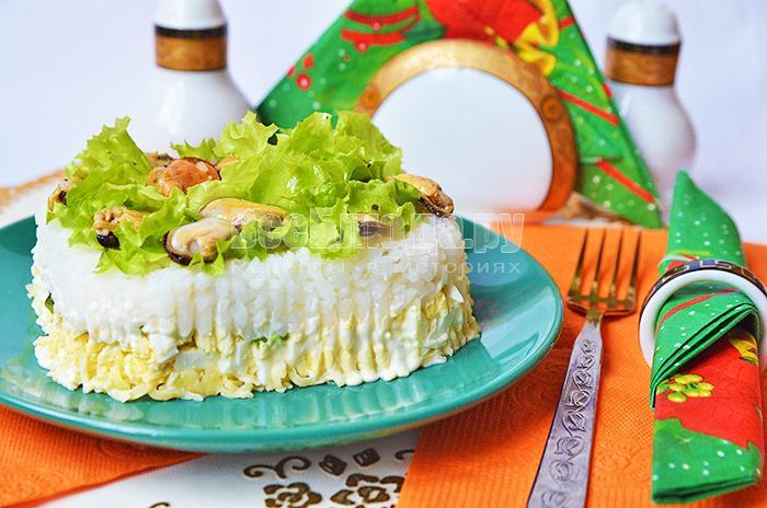 Праздничный салат из мидий с яйцами, сыром, рисом, салатом