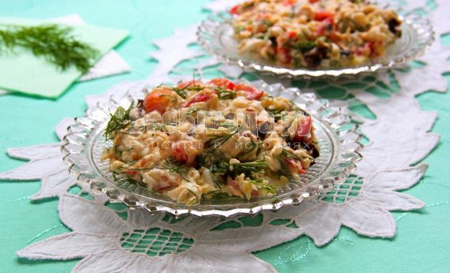 Салат (сыр, яйца, чернослив, свежий помидор, соленый огурец)