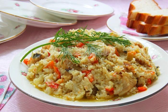 Рыба хоки, тушеная на сковороде с рисом и овощами