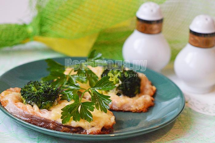 Форель запеченная с брокколи, сыром и луком