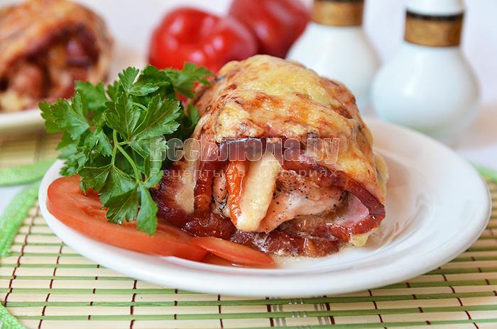 Вкусная курица со свининой (мясной рулет с копченостями)
